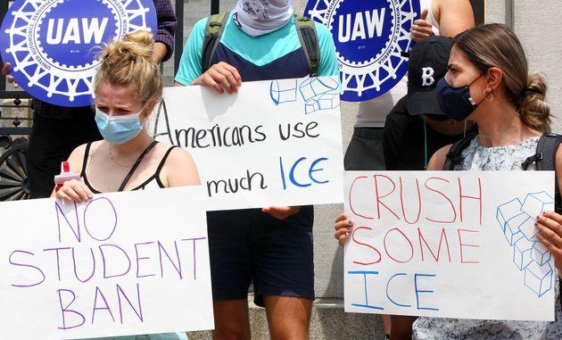 留学ビザを取り消すトランプ政権の計画に反対する学生
