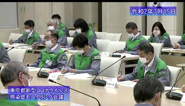 東京都新型コロナウイルス感染症モニタリング会議に出席する小池百合子都知事=2020年7月15日