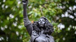 倒された奴隷商人の銅像跡に、デモに参加した黒人女性の彫刻が置かれる