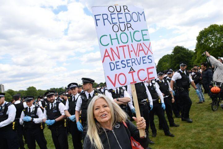 Manifestante en Londres el 16 de mayo con una pancarta que dice: 'Nuestra libertad, nuestra decisión. Los antivacunas merecemos una voz'.