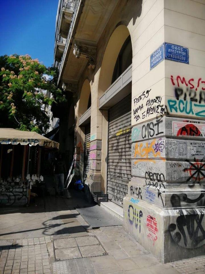 Μεγάλη αντιγκράφιτι παρέμβαση σε όλη την οδό Αθηνάς
