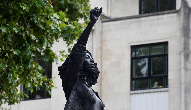 A escultura de uma manifestante negra com o punho erguido foi instalada em uma operação...