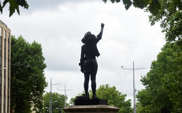 Uma escultura de Jen Reid, que foi fotografada na coluna da estátua de Colston pouco depois de...