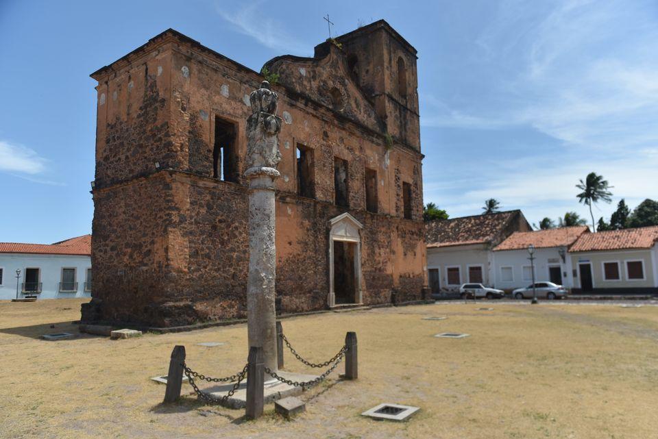 Igreja Matriz de São Matias sobrevive ao tempo. Em frente, o pelourinho, símbolo do sofrimento...