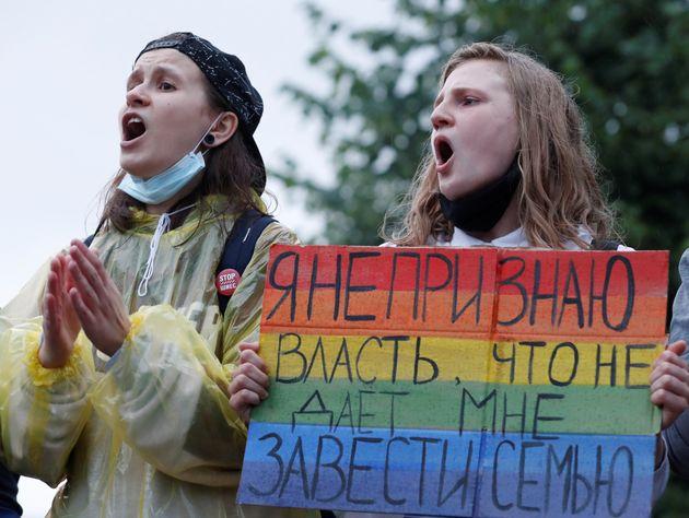 Ativistas LGBT participam de um protesto contra as emendas à Constituição da