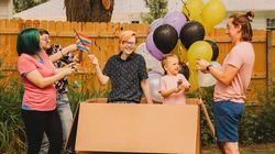 Esta família fez um 'chá revelação' para filho não-binário e foi muito além do rosa e