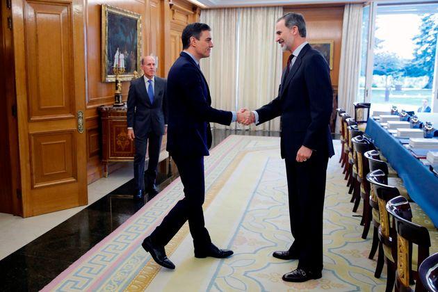 El rey Felipe VI y el presidente del Gobierno, Pedro Sánchez, el 4 de marzo de 2020 en La Zarzuela...