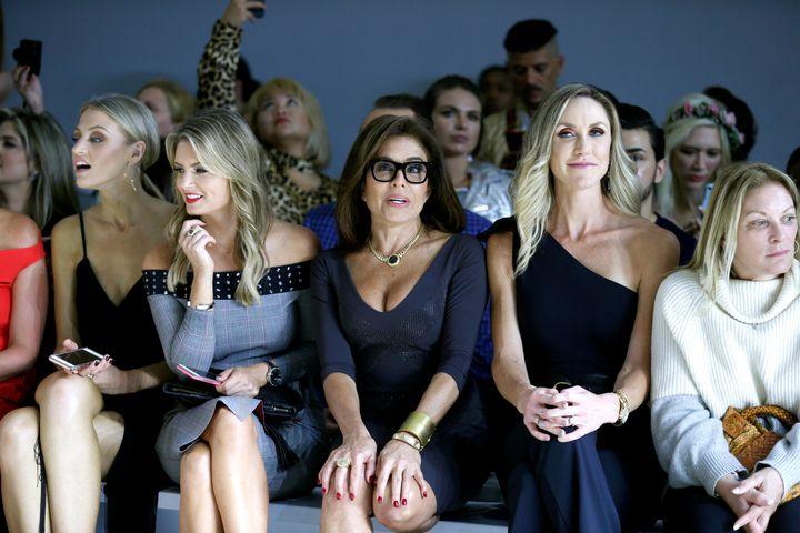 Από αριστερά: Τζίλιαν Μιλ, Τζανίν Πιρό και Λάρα Τραμπ στην επίδειξη μόδας της Chiara Boni La Petite Robe στην Εβδομάδα Μόδας της Νέας Υόρκης