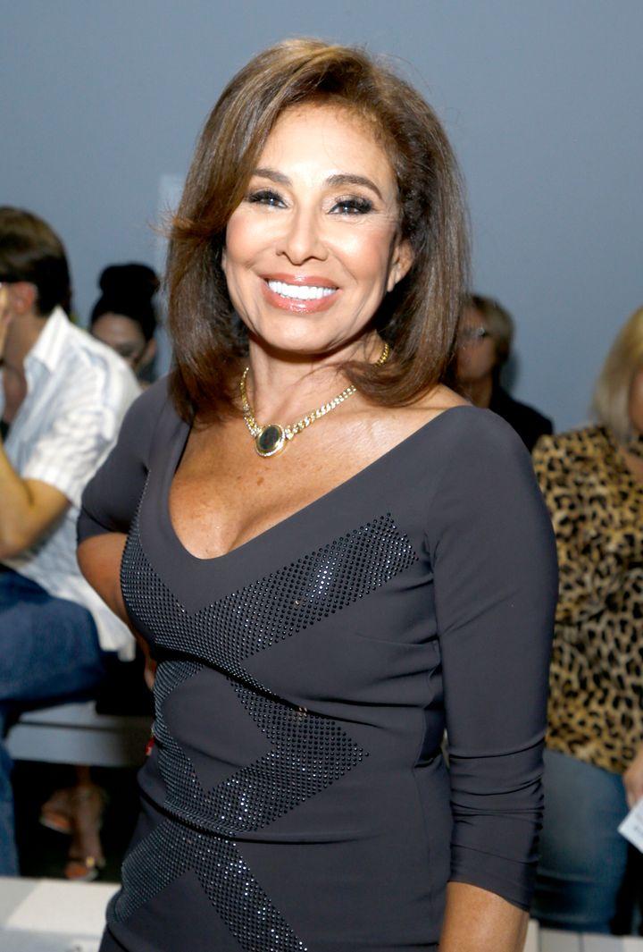 Η παρουσιάστρια του Fox News Τζανίν Πιρό στην επίδειξη μόδας της Chiara Boni La Petite Robe