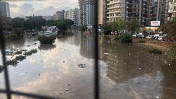 La strada è un fiume e il fango porta via tutto: le immagini choc da