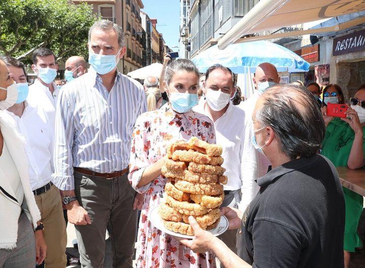 Los Reyes fueron agasajados con unos ricos torreznos durante su visita a Soria este miércoles.