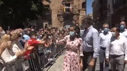 El momento más viral de los reyes en Soria ocurría a unos metros de ahí: un policía, una bandera republicana