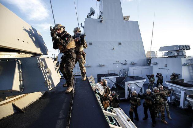 Militari della Brigata Marina San Marco a bordo della fregata Carabiniere, unita' navale di comando tattico...