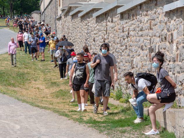 Des centaines de personnes ont dû faire la file pendant des heures pour se faire dépister à la clinique...