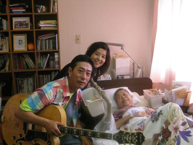 沼田鈴子さんに捧げる歌「アオギリにたくして」を、ベット横で演奏した=2010年7月