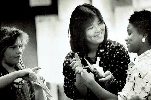 22歳の時、アラスカの小学校にてボランティア活動をする中村里美さん