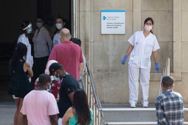 Pacientes esperan para ser atendidos en un centro de urgencias en