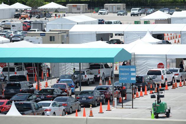 미국 플로리다주 마이애미비치 컨벤션 센터에 마련된 '드라이브 스루' 검사소가 코로나19 검사를 받으려는 사람들로 붐비고 있다. 2020년