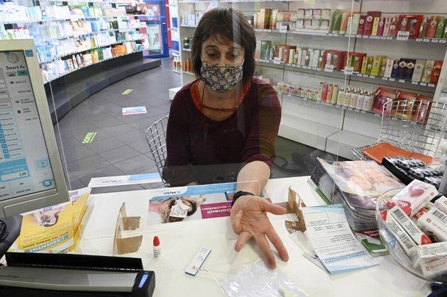 Une personne se faisant dépister au coronavirus en pharmacie à Strasbourg, le 15 juillet