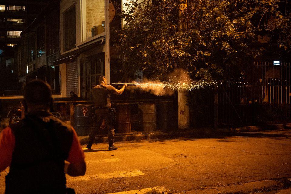 Policial é visto em protesto contra injustiça racial em São