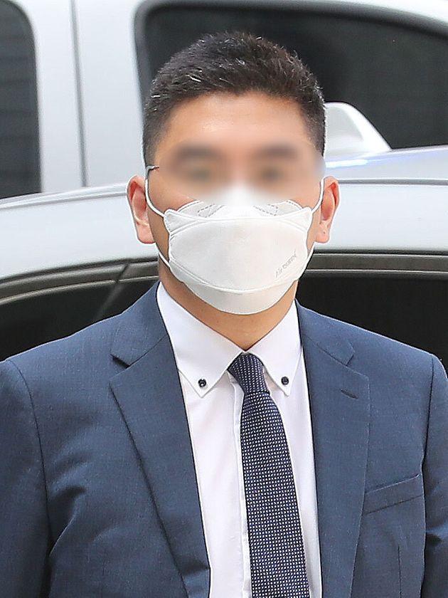 '검언유착' 의혹을 받고 있는 전 채널A 기자 이동재씨가 17일 오전 서울 서초구 서울중앙지방법원에서 열린 구속 전 피의자 심문(영장실질심사)에 출석하고