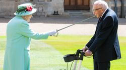 Si rivede in pubblico la Regina Elisabetta. Nomina cavaliere il centenario Tom Moore
