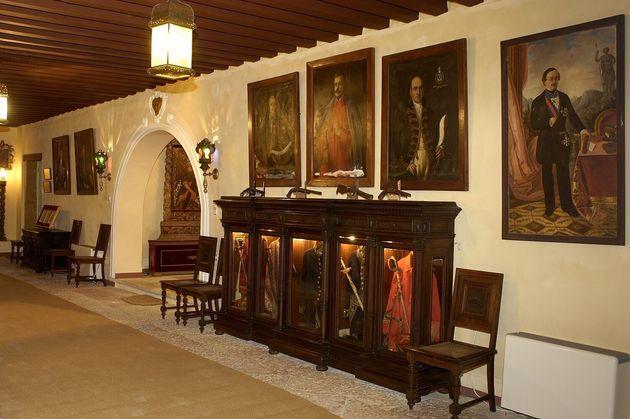 Η είσοδος του αρχοντικού, ή αλλιώς ιντρόιτο. Στα δεξιά, βιτρίνα με τις πολεμικές στολές, σπαθιά, παράσημα,...
