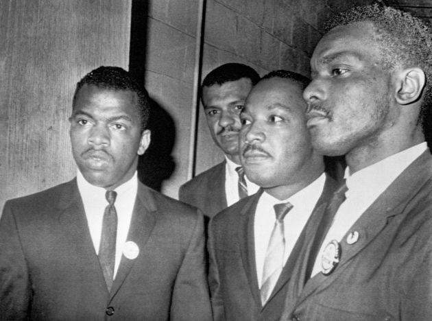 내슈빌의 피스크대학교에서 열린 대규모 집회에 참석하는 마틴 루터 킹 주니어 목사(가운데)를 안내하는 존 루이스(맨