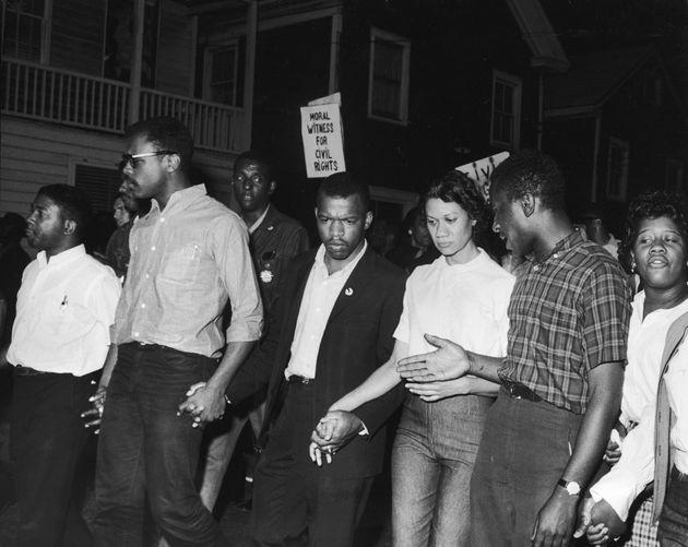1964년 5월, 메릴랜드주 캠브리지에서 존 루이스(왼쪽에서 세 번째)와 시민권 운동가들이 인종 분리 정책을 지지하는 조지 월러스 앨라배마 주지사의 연설을 앞두고 시위를 벌이며 행진하는