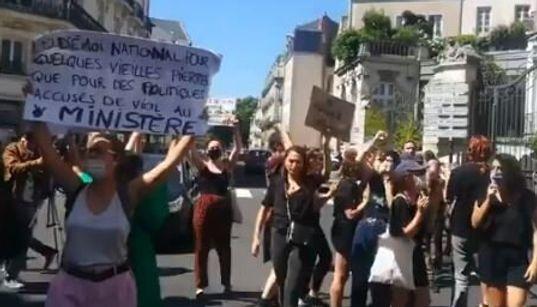 Darmanin accueilli à Nantes par des féministes en