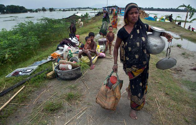 Σχεδόν τέσσερα εκατομμύρια άνθρωποι εγκατέλειψαν τα σπίτια τους λόγω πλημμυρών σε Νεπάλ και