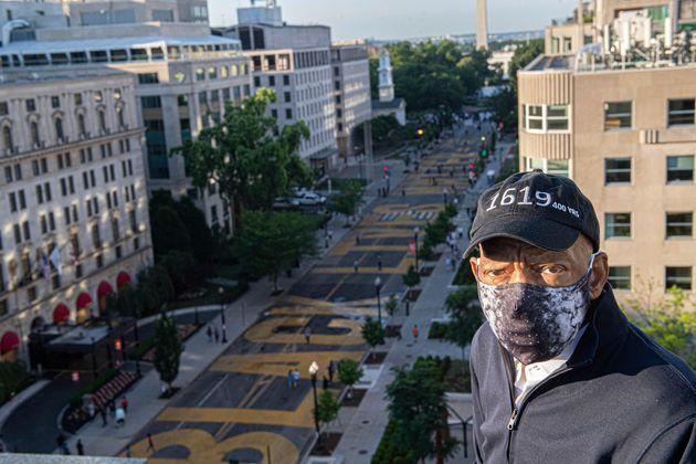 '블랙 라이브스 매터' 광장을 배경으로 사진을 찍은 존