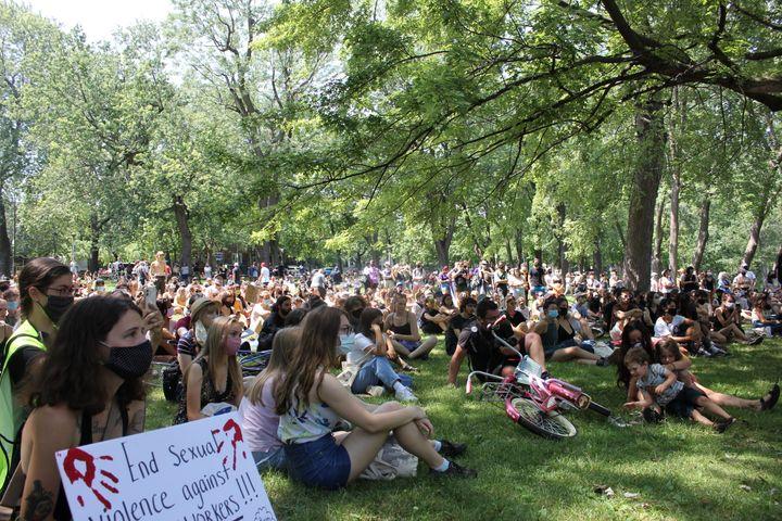 Plusieurs centaines de personnes, surtout des femmes, étaient rassemblées au Parc Lafontaine dimanche pour exprimer leur ras-le-bol face aux violences sexuelles et à la culture du viol.