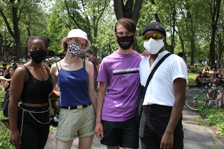 Lu-Sergei Denaud, à droite, tenait à participer à la manifestation pour montrer son amour à ses amies féminines.
