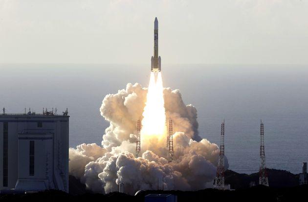 種子島宇宙センターの発射台から打ち上げられた火星探査機「ホープ」を搭載したH2Aロケット42号機