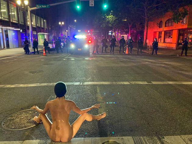 «Γυμνή Αθηνά»: Η διαδηλώτρια που έκλεψε την παράσταση στα επεισόδια του