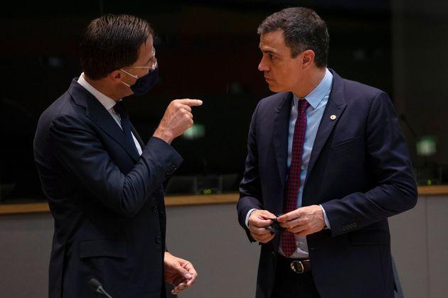 El primer ministro de Países Bajos, Mark Rutte, habla con el presidente del Gobierno, Pedro Sánchez,...