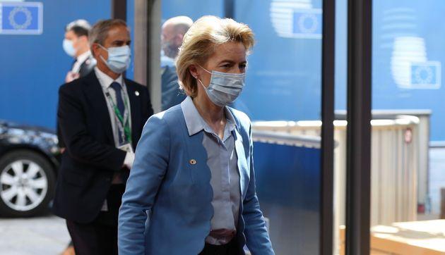 La presidenta de la Comisión Europea, Ursula von der Leyen, llega a la reunión del Consejo...