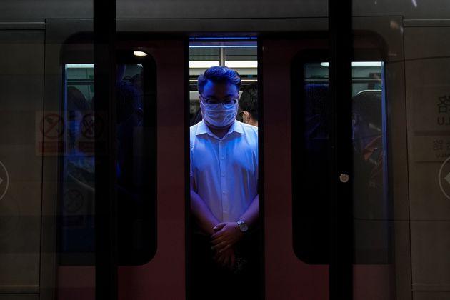 Un hombre, en el metro de