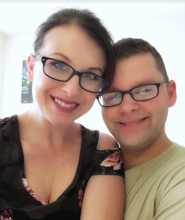 A autora deste depoimento e seu marido, Brad, quando ele voltou de viagem temporária de trabalho....
