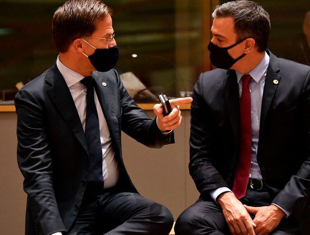 El primer ministro de Países Bajos, Mark Rutte, habla con el presidente del Gobierno, Pedro
