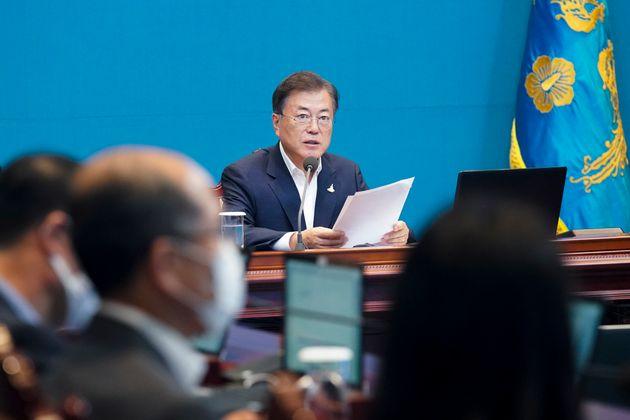 문재인 대통령이 청와대에서 수석·보좌관회의를 주재하고 있다.