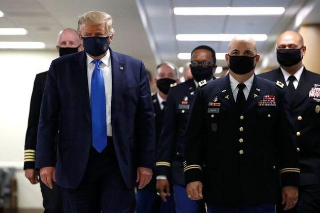 마스크를 착용한 트럼프