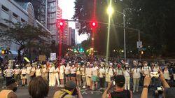 デモに「母親たちの壁」が出現。参加者たちを守るため、母親たちが立ち上がる