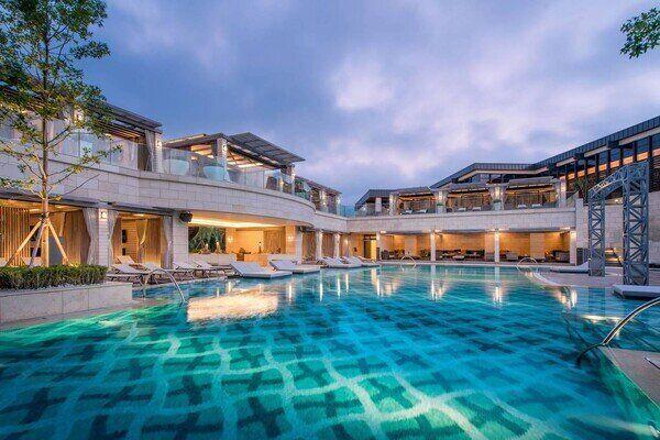 인천 파라다이스시티 호텔 야외수영장.