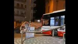 Bus incastrato in una rotonda a Napoli: alla guida un minorenne