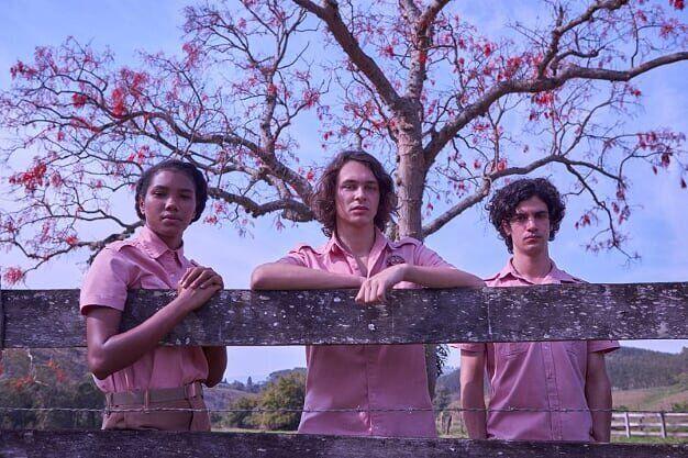 O trio de protagonistas Fran (Iza Moreira), Chico (Michel Joelsas) e Alex (Caio