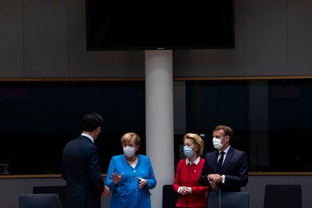 Le Premier ministre néerlandais Mark Rutte à gauche s'entretient avec Angela Merkel, Emmanuel...