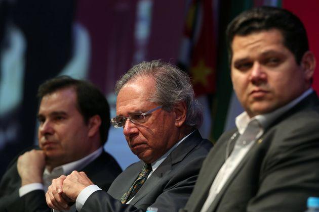 A proposta de reforma foi entregue pelo ministro Paulo Guedesaos presidentes do Senado, Davi Alcolumbre...