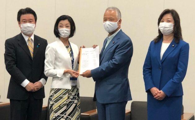 不妊治療への支援拡充を目指す議員連盟に要望書を提出するNPO法人Fine理事長の松本亜樹子さん(左から2人目)
